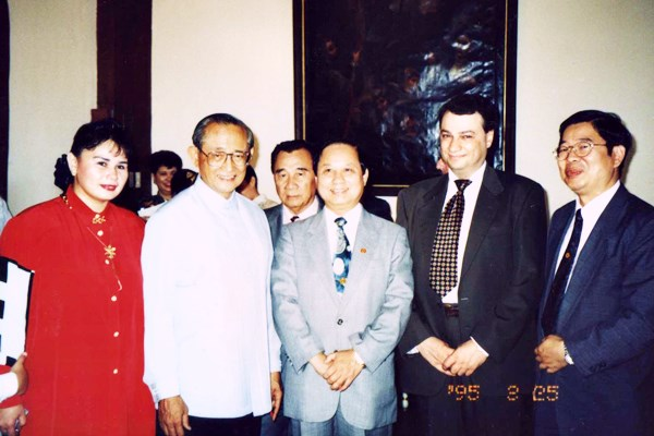 悟覺妙天禪師赴菲律賓獲羅慕斯總統接見